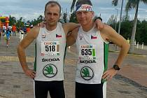 TĚŽKÝ MARATON. Pavel Novotný a Miloslav Kozák absolvovali hodně náročný noční běh v mexickém Cancúnu