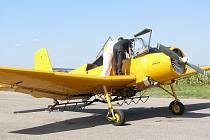 Letadlo a pilot v bílém přeřízli při práškování elektrické dráty