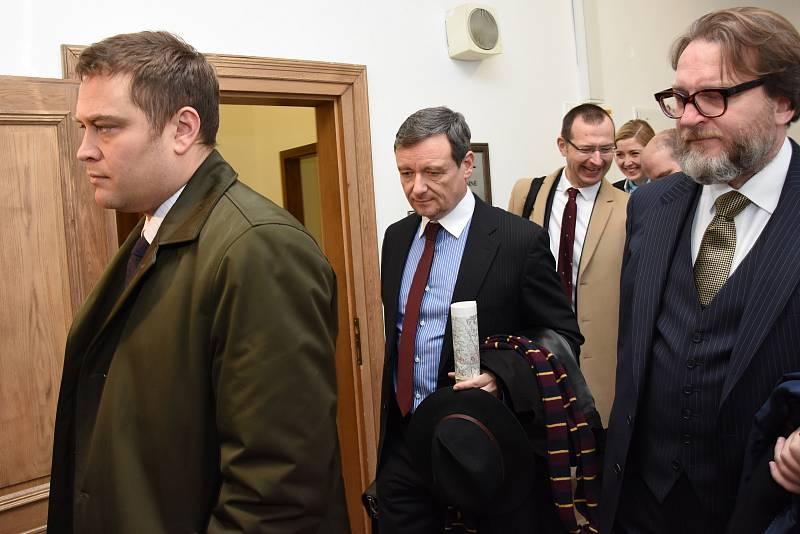 Takzvanou druhou větev kauzy údajných korupčních manipulací se zakázkami Středočeského kraje a jeho nemocnic začal v úterý rozplétat Krajský soud v Praze.
