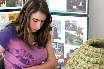 Studentka předvedla pletení ošatek.