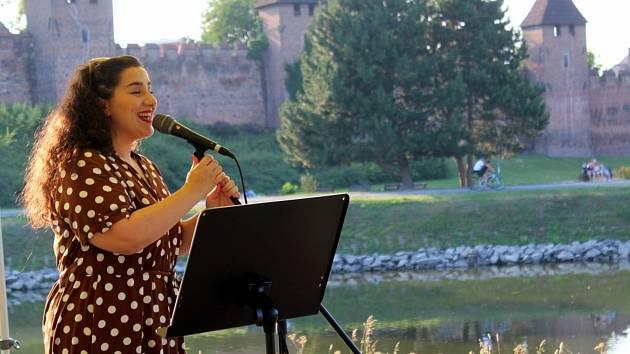 Z vystoupení muzikálové zpěvačky Andrey Holé na nymburské Špičce.