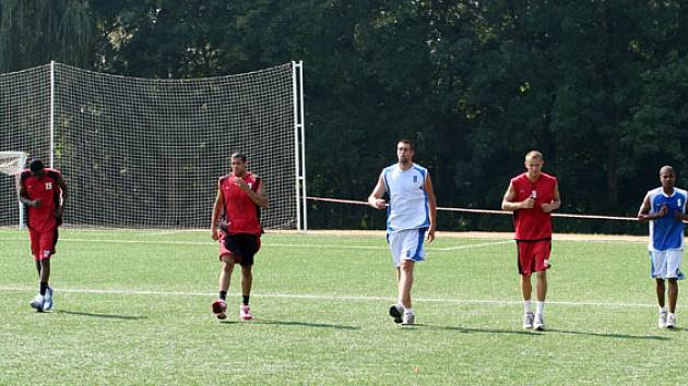 BYLO NÁS PĚT. Pouze pět hráčů se zúčastnilo úvodního tréninku. Řada jich chyběla kvůli reprezentačním povinnostem.