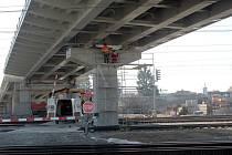 Devadesátimetrový díl nadjezdu byl usazen nad tratí.