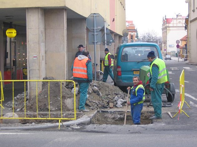 Plynaři pracují na rohu nymburského náměstí