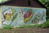 Mozaika ze skleněných střepů, který zřejmě vytvořil voják na přelomu 70. a 80. let 20. století.