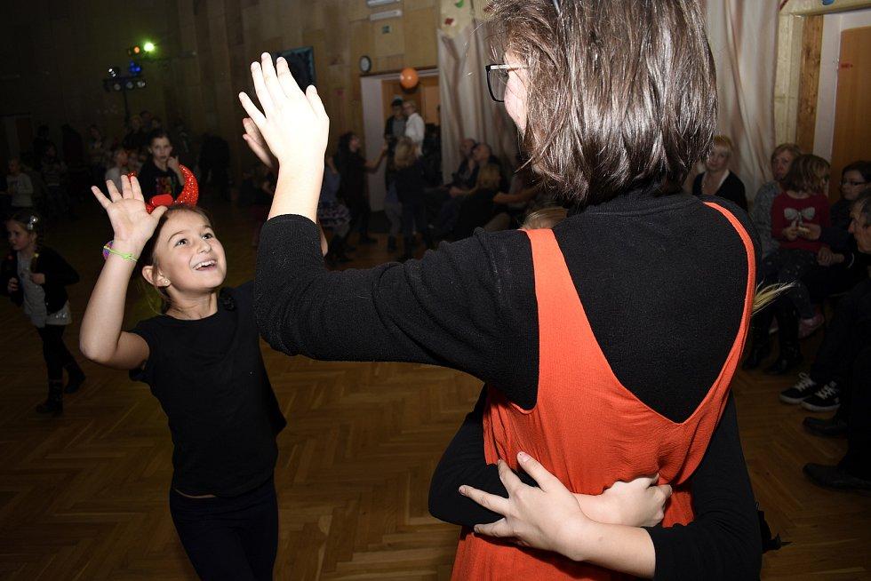Lázeňským městem táhli čerti. Skončili na diskotéce v Domě dětí a mládeže Symfonie.