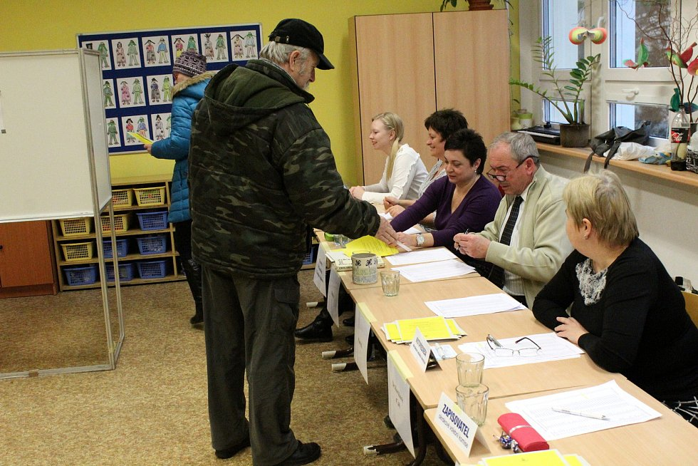 Na Základní škole Václava Havla chodili lidé ve slušném počtu volit i v sobotu.