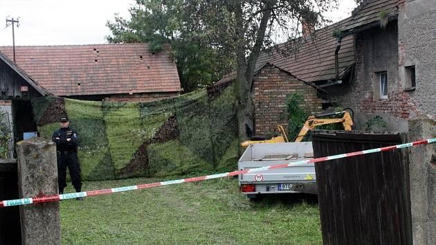 V tomto domě našli policisté vloni na podzim dvě mrtvá těla.