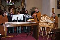 Na adventním koncertě v Čelákovicích vystoupil soubor Ritornello se staročekými adventními zpěvy (roráty) vybranými z barokních zpěvníků