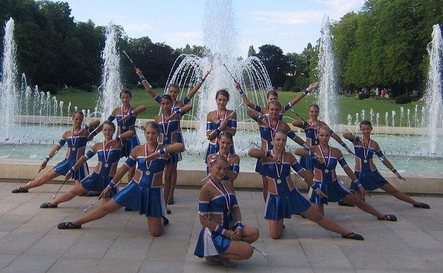 Poděbradské mažoretky slavily o víkendu velký úspěch. Na snímku jsou juniorky, které získaly zalto za žonglérskou sestavu.