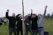 Skupina Crossband oslavila 10 let existence sázením dubů a večerním koncertem