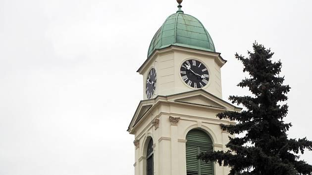 Kostelní hodiny, které se ještě ve druhé polovině minulého století musely natahovat ručně klikou, nyní řídí satelit a ukazují přesný čas na všech čtyřech stranách věže.