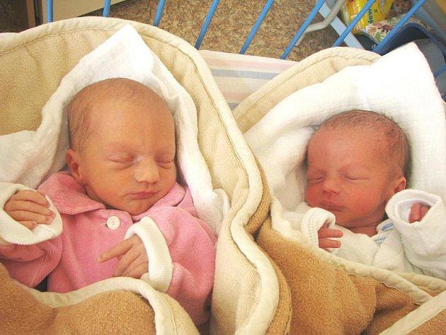 Adam a Anička Křížovi se narodili ve středu 24. března. O minutu starší sestřička přišla na svět v 6.57 hodin s mírou 40 cm a váhou 1760 g. Adámek měřil 39 cm  a vážil 1750 g.  S rodiči Michalem a Martinou jsou doma v Nymburce.