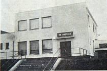 Pohostinská provozovna v Bobnicích. Nymbursko, 30. března 1989. Autor snímku neuveden.