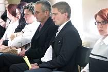Mladík (vpravo) viněný z ublížení na zdraví