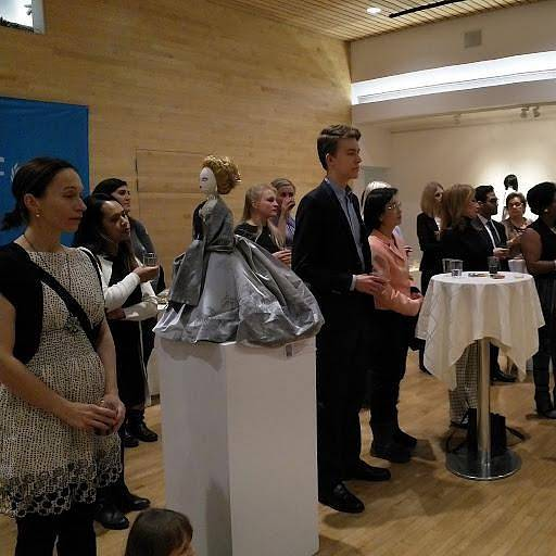 Adoptované panenky našly své nové domovy mezi diplomaty, českými krajany a dalšími osobnosti, které si velkou část z nich mohli koupit v rámci charitativního večera.