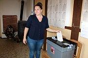 V Tuchomi o volby v místní hospodě příliš zájem nebyl. Alespoň v prvních hodinách po hlasování. Podle členky volební komise chlapi prý chodí až k večeru, když se vrací z práce.