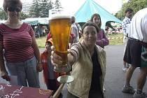Jednou ze soutěžních disciplín je držení piva na čas.