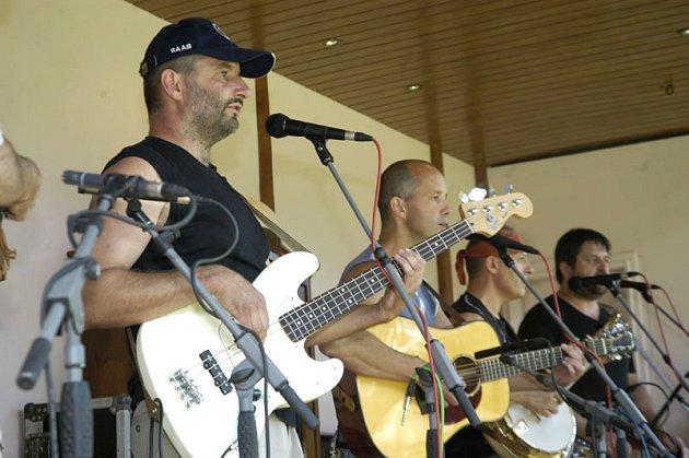 Na trampském festivalu v Sokolči se předvedla i poděbradská kapela Oáza.