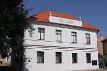 Tvůrcům nové expozice zrekonstruovaného poděbradského muzea zbývá několik posledních vitrín.