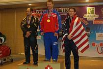 Nymburský silový trojbojař Karel Ruso (uprostřed) dosáhl obrovského úspěchu. Na mistrovství světa v Kanadě získal zlaté medaile ve dřepu a pozvedu, v trojboji byl stříbrný