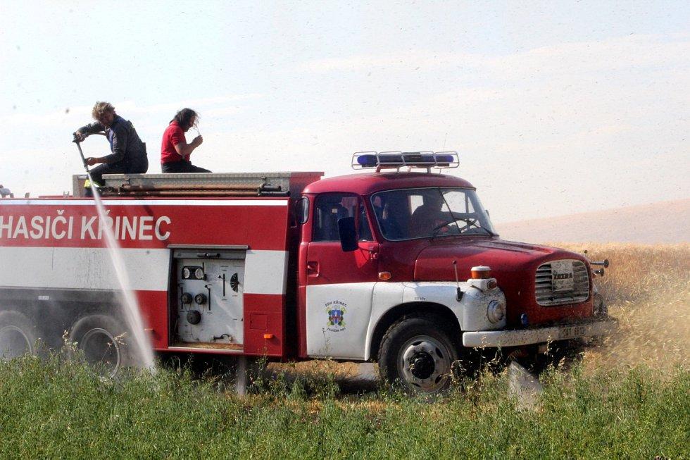 Požár pole s obilím byl vidět až patnáct kilometrů daleko.