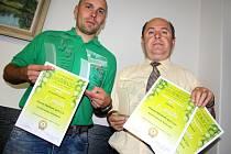 OCENĚNÍ převzali sládek Bohumil Valenta (vlevo) a ředitel pivovaru Pavel Benák.