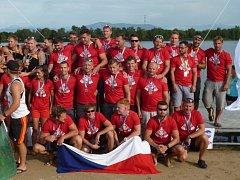 Posádka nymburské dračí lodě na šampionátu ve Francii.