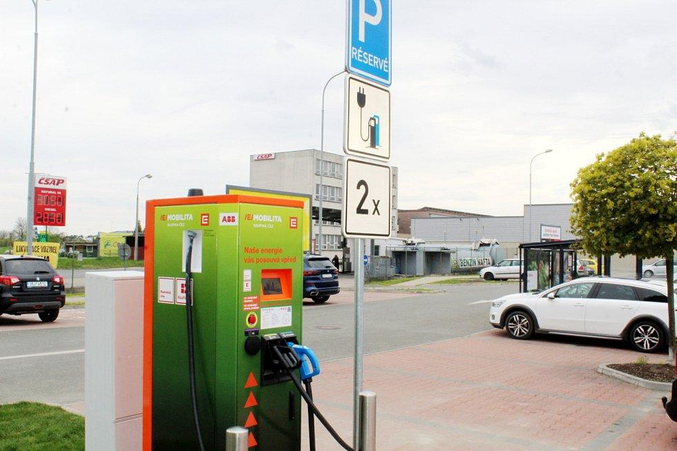První dobíjecí stanice pro elektrovozy byla zprovozněna u nymburského Kauflandu.