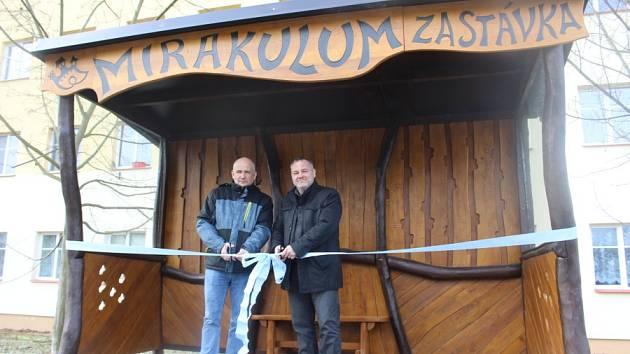 Novou čekárnu na zastávce Mirakulum v designu zábavního a rodinného parku slavnostně otevřeli Jiří Antoš (vlevo), majitel parku Mirakulum, a Lukáš Pilc, starosta Milovic.