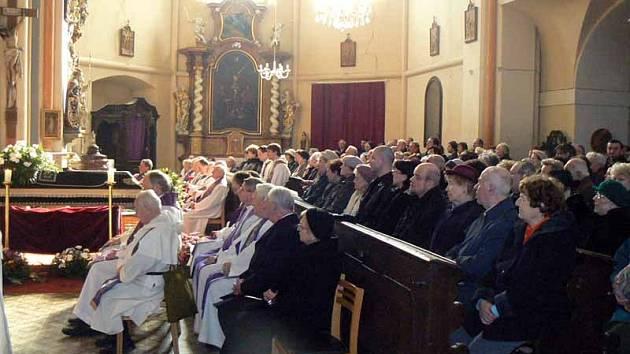 Obyvatelé Sadské a duchovní se včera odpoledne rozloučily v kostele svatého Apolináře s místním dlouholetým farářem Fišerem.