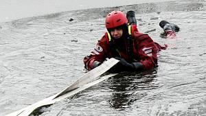 Nácvik záchrany tonoucího profesionálními hasiči v Nymburce