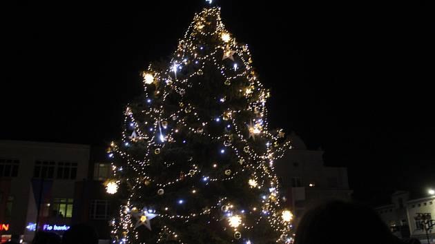 Vánoční strom na nymburském náměstí.