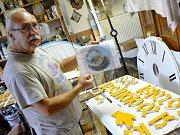 Restaurátor Ivan Vondráček ve svém ateliéru ve Zbožíčku pracuje na úpravách součástí pražského orloje.