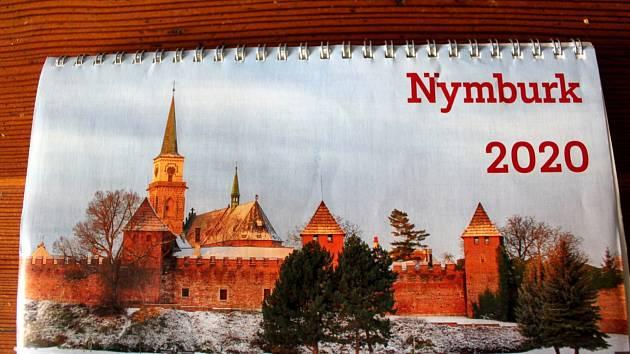 Kalendář Nymburka pro letošní rok. I ten příští bude sestaven z fotografií amatérů.