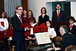 Pěvecký sbor Gymnázia Jiřího z Poděbrad zpíval i pro dobročinné účely.