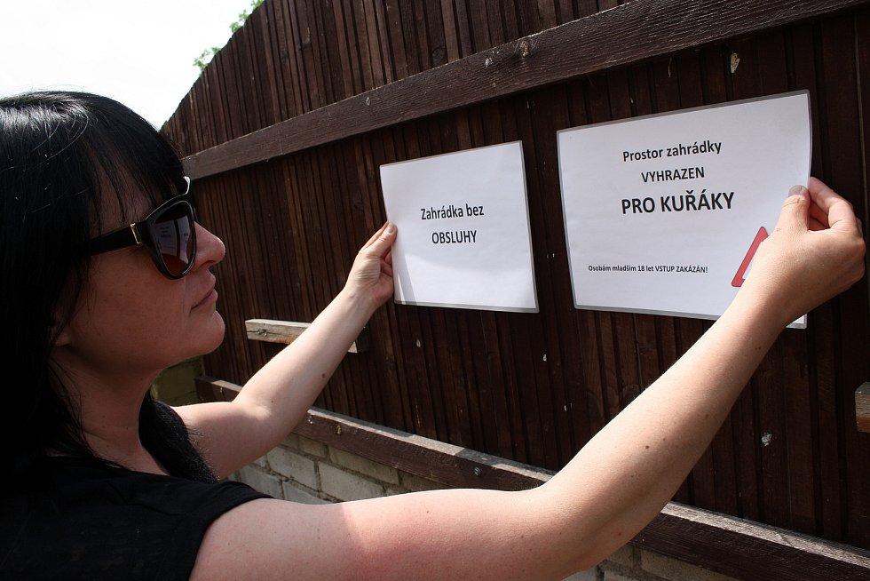 Provozní Jaroslava Kořínková na zahrádce Hudebního klubu Mlejn.
