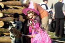 Za sokolovnou na Loučeni se v pondělí večer slétly desítky čarodějnic.