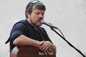 Jeden z vystupujících písničkářů David Šitavanc s nápadem přišel.