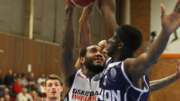 Basketbalisté Nymburka (v bílém) prohráli na své palubovce s francouzským Dijonem rozdílem jedenácti bodů.