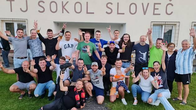 Fotbalisté Slovče, v jejichž dresu nastupuje Petr Kolečko (dole čtvrtý zprava). A fandit mu přijel i Jakub Prachař (dole)