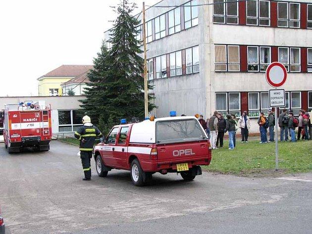V Lysé evakuovali základní školu.