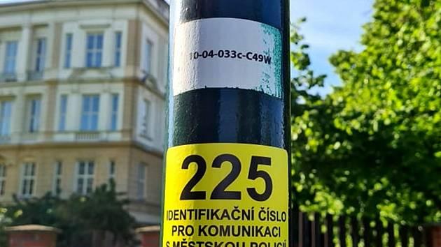 Nové štítky se právě rozlepují na lampy veřejného osvětlení v Nymburce.