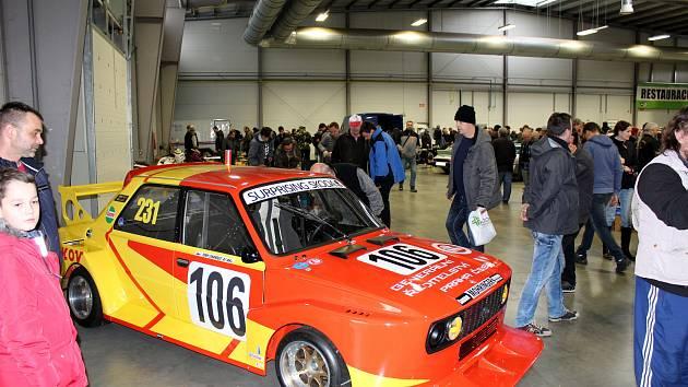 Výstava Retrogaráž nabídla nejen motoristické díly a všechno, co lze využít z garáží a půd. O víkendu však už na stejném místě začínají adventní trhy.