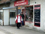 DO ŘEZNICTVÍ na Zbožské ulici chodí zákazníci dál. I přes nálezy veterinářů mluvící o špíně a hlodavcích.
