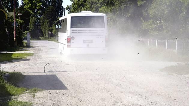 Lidé v Polabci a Kluku se obávají, že i letos budou trpět prachem ze silnice, kterou město po stavbě kanalizace a vodovodu neuvedlo do původního stavu.