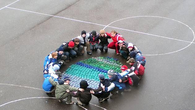 V Základní škole T.G.M. v Poděbradech vytvořili žáci obří vejce z PET lahví.