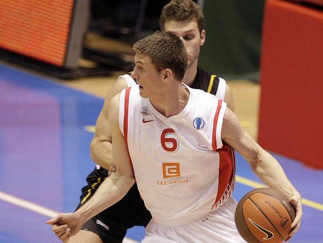 Nymburský basketbalista Pavel Pumprla (s míčem) byl opět tahounem svého mužstva a pomohl k výhře nad Soluní