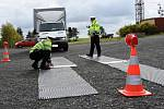 Při vážení nákladních aut a kontrolách jejich řidičů nově používá středočeská dopravní policie automobil, který v září převzala jako dar od kraje.