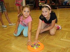 Šestadvacet dětí z Poděbrad tráví tento týden na příměstském táboře s názvem Hejbni kostrou, který pro ně připravil Dům dětí a mládeže Symfonie.